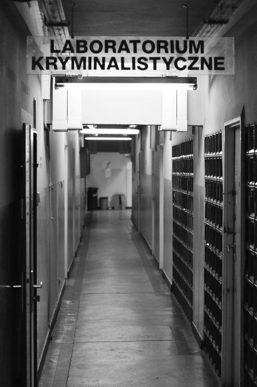 Niemal każdy korytarz prowadzący do archwium wywiadu kryminalnego wygląda obskurnie. Policjanci dochodzeniowo-sledczy spędzają tu całe zawodowe życie